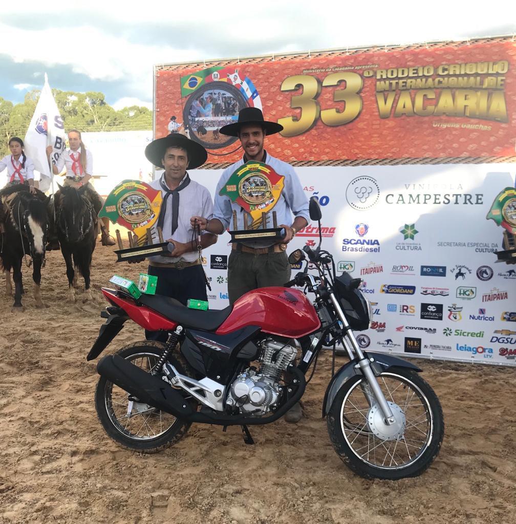 Garibaldi e Alan Ferraz receberam prêmio no Rodeio de Vacaria no fim da tarde desta quarta-feira (5)