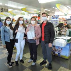 Alunos entregaram máscaras em comércios que seguem funcionando durante a quarentena (foto: divulgação)